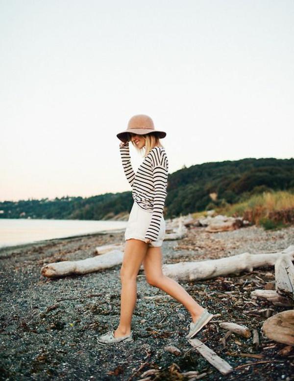 chapeau-feutre-femme-marcher-sur-la-plage-pantalon-court