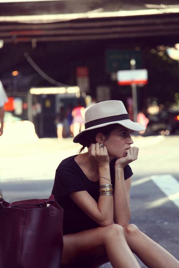 chapeau-feutre-femme-sac-à-main-grand-en-cuir-rue-bracelets