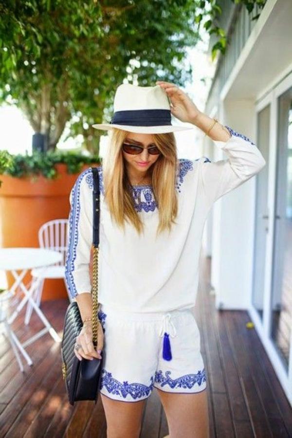 chapeau-paille-beige-blanc-bleu-lunettes-de-soleil-sac-à-main