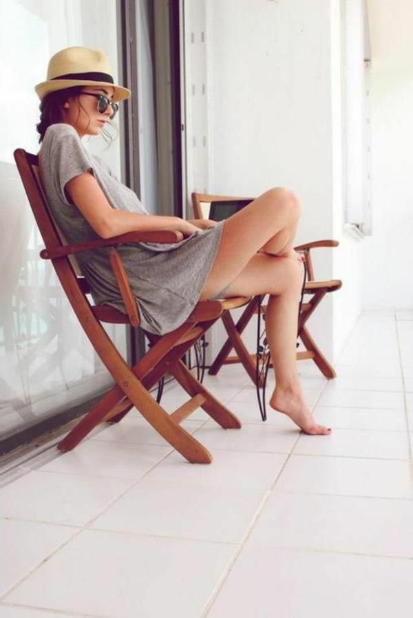 chapeau-paille-beige-brunette-femme-fille-moderne-lenettes-de-soleil-noirs