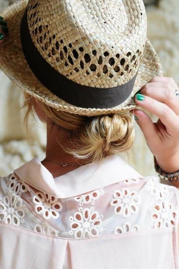 chapeau-paille-beige-chemise-rose-en-dentelle