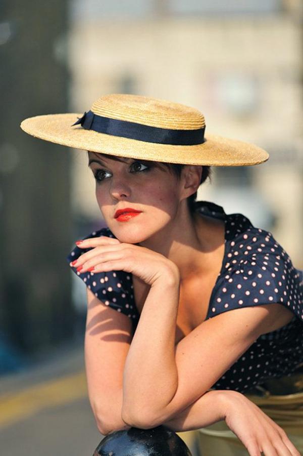 chapeau-paille-beige-femme-brune-robe-aux-points
