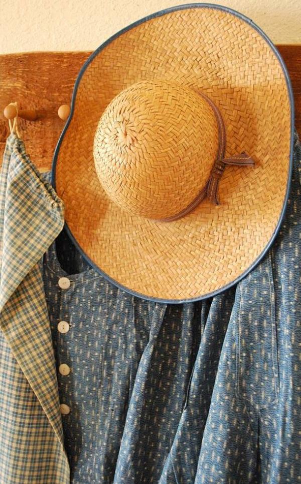 chapeau-paille-beige-grand-chapeau-chemise-bleu