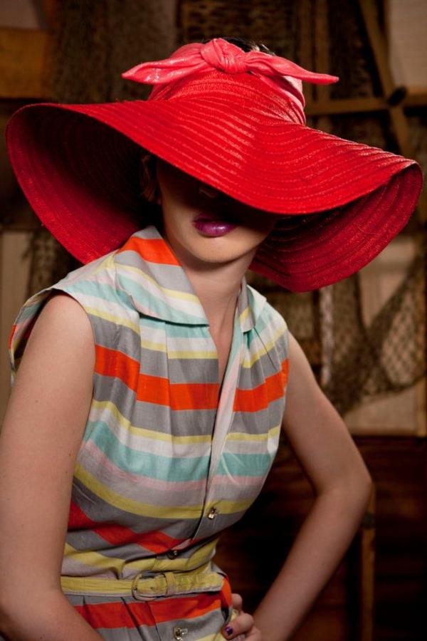 chapeau-paille-rouge-robe-coloré-aux-rayures