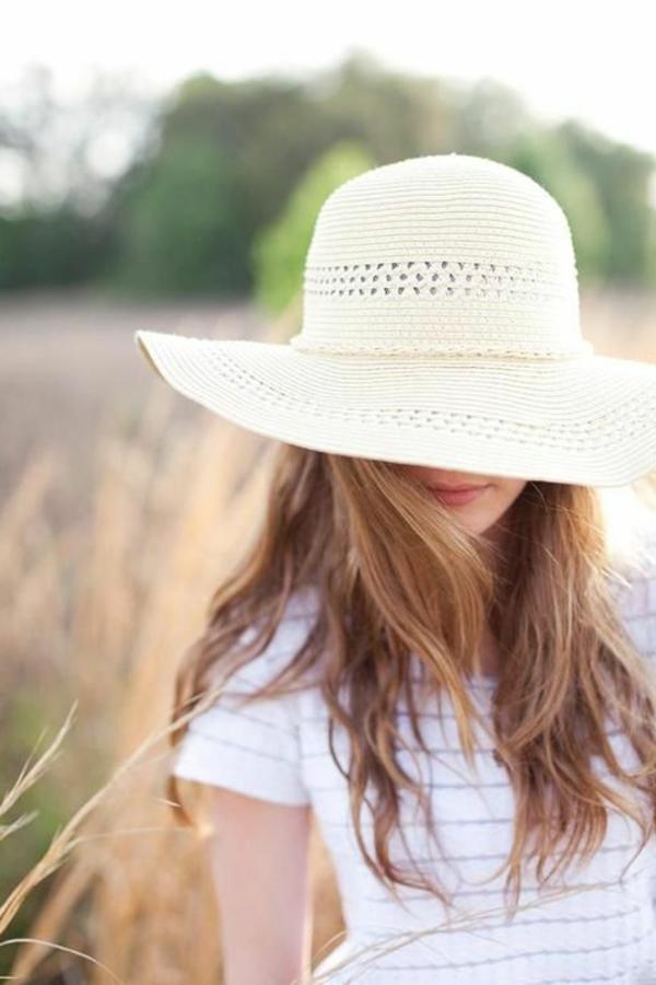 chapeaux-blanc-paille-fille-champs-de-blé
