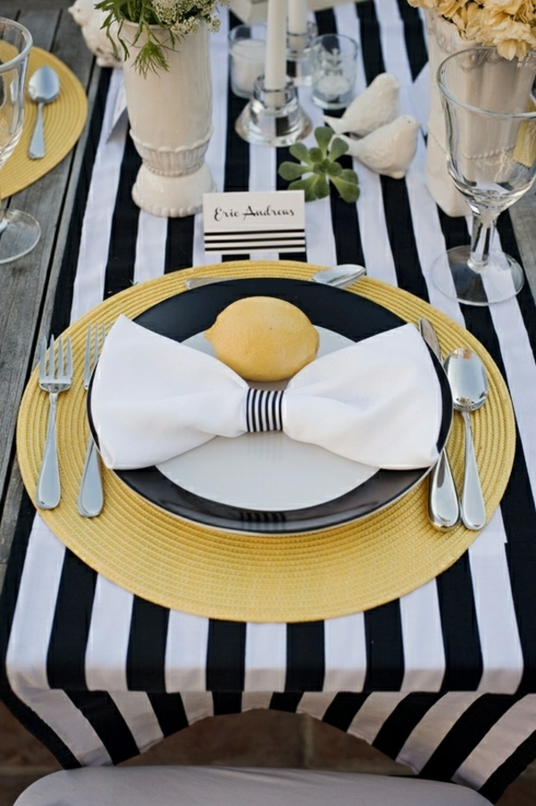 chemin-de-table-aux-rayures-blanc-noir-set-de-table-serviette-blanc-assiette-jaune