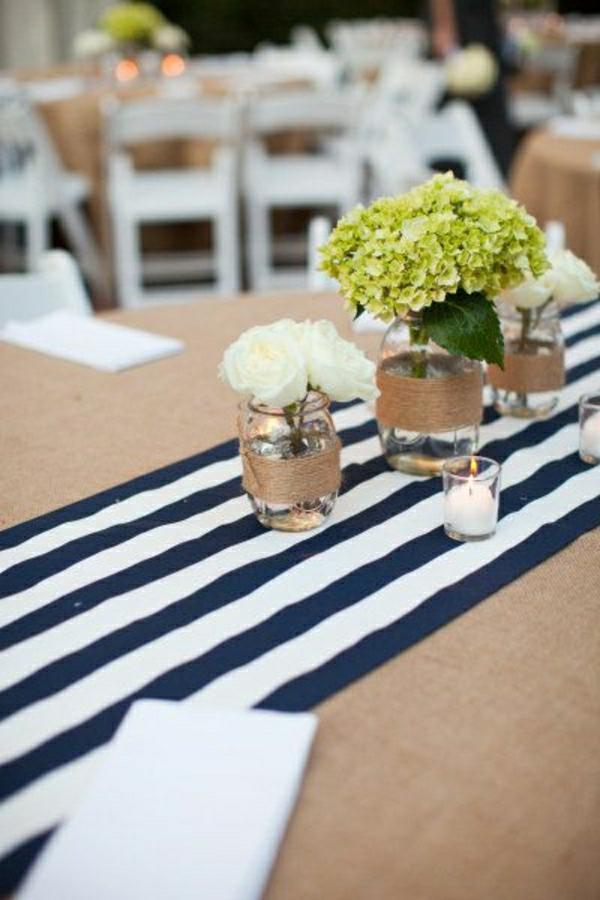 chemin-de-table-aux-rayures-blanc-noir-set-de-table-serviette-blanc-fleurs
