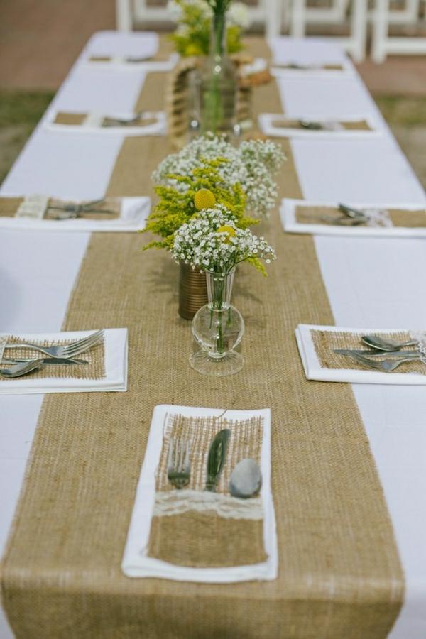 chemin-de-table-beige-fleurs-décoration-de-table-nappe-blanche-set-de-table