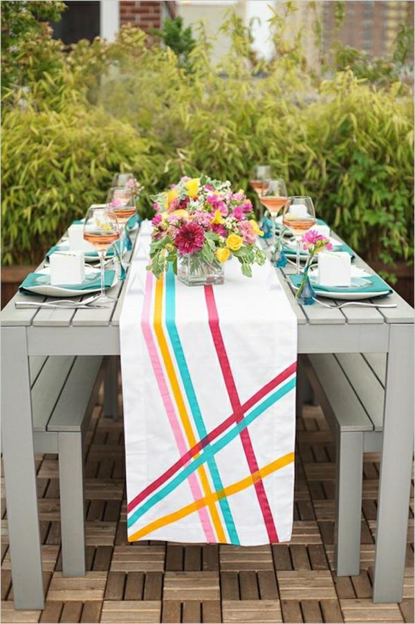 chemin-de-table-coloré-bleu-jaune-blanc-violet-rose-table-en-bois-gris-de-jardin
