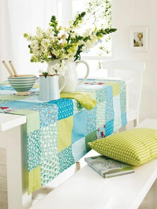 chemin-de-table-coloré-bleu-vert-fleurs-de-table-chaises-en-bois-blanc-banc-en-bois