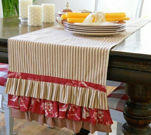 chemin-de-table-coloré-rouge-blanc-aux-rayures-table-en-bois-foncé-set-de-tale-préparé