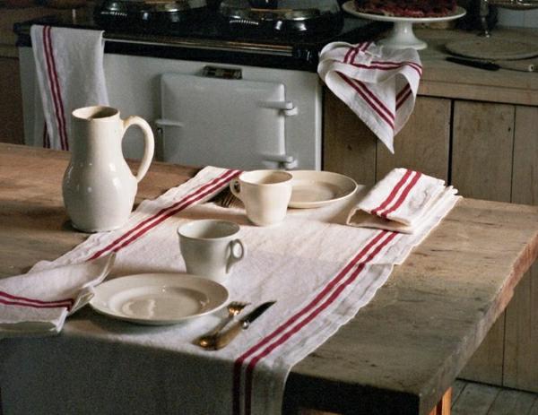 chemin-de-table-en-bois-chemin-de-table-rouge-balnc-set-de-table