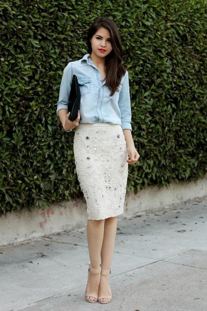 chemise-en-denim-jupe-mi-longue-jupe-droite-beige-fille-levres-rouges-brunette