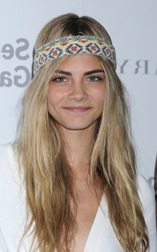 cheveux-longs-blonde-femme-barette-cheveux-coloré