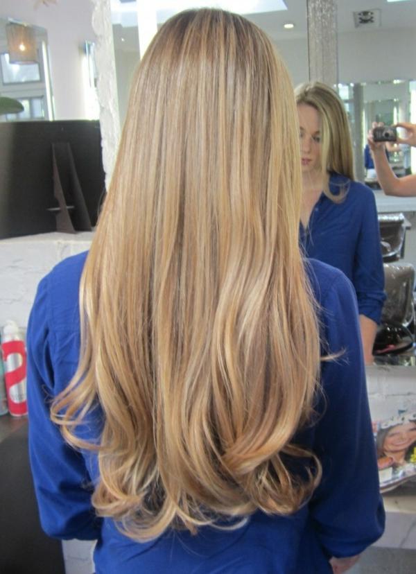cheveux-tendance-blond-doré-fille-chemise-bleue