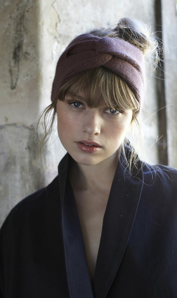 coiffure-avec-bandeau-pour-cheveux-blonde-yeux-bleus