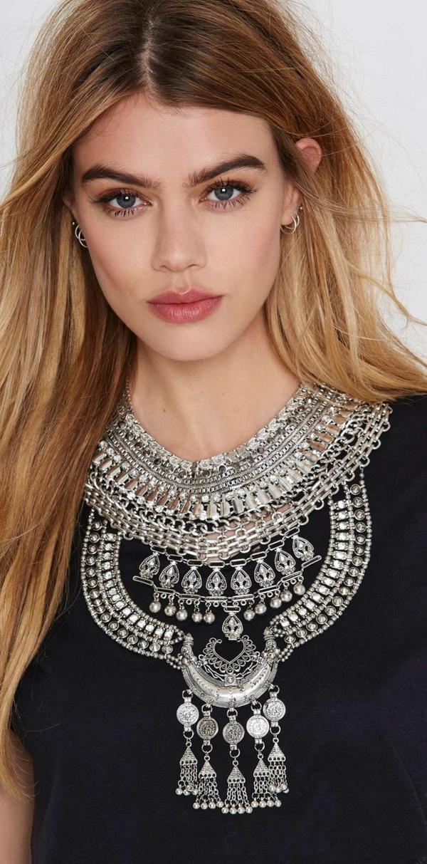 collier-plastron-au-dessus-d'un-t-shirt-noir
