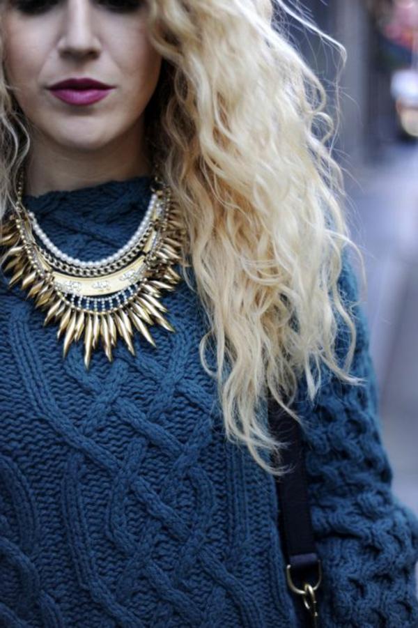 collier-plastron-aux-épingles-en-couleur-d'or