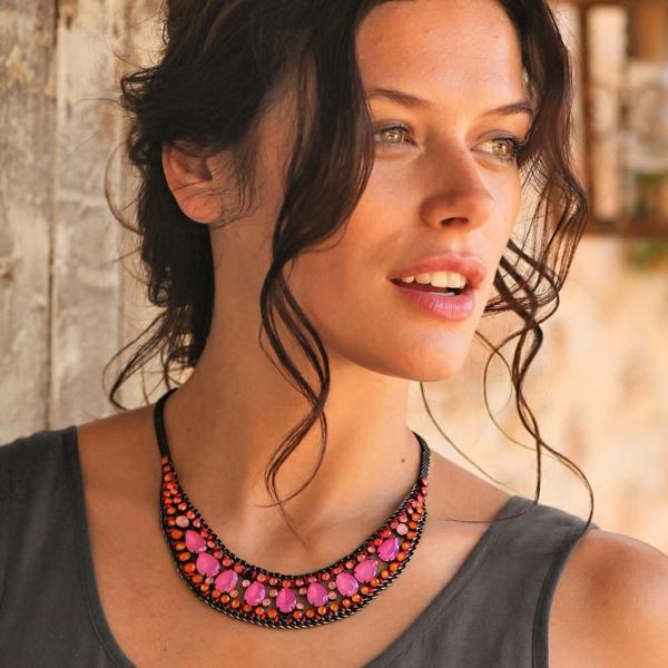collier-plastron-avec-de-petites-pierres-colorées