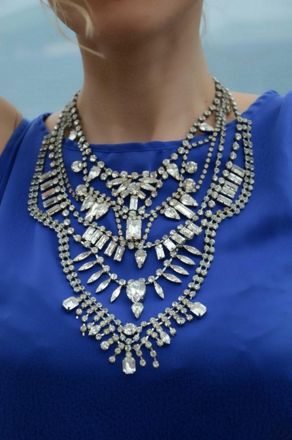 collier-plastron-avec-des-cristaux-swarovski