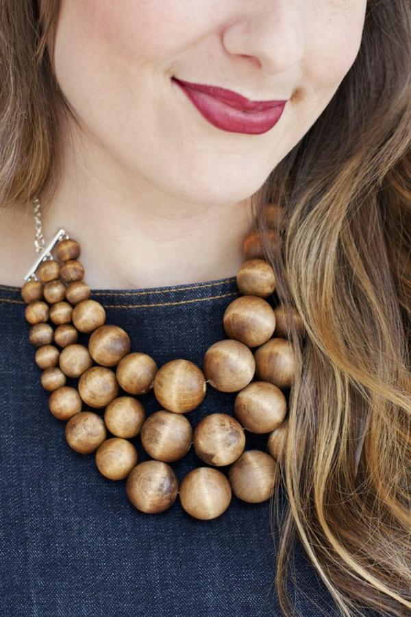 collier-plastron-des-perles-en-bois