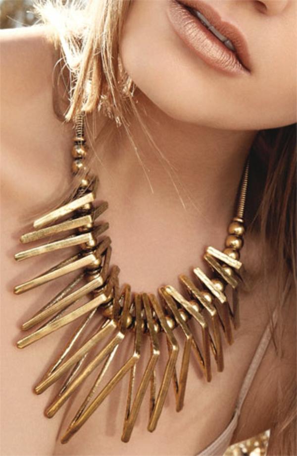 collier-plastron-doré-aux-épingles-couleur-d'or
