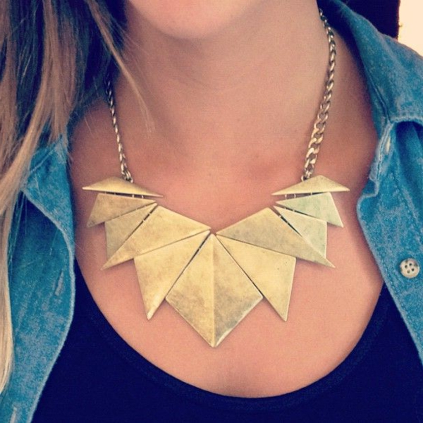 collier-plastron-en-éléments-lisses-asymétriques