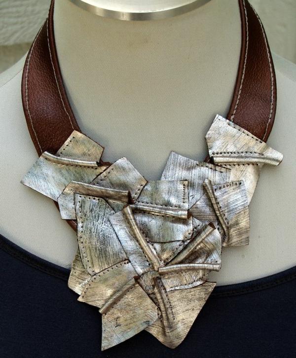 collier-plastron-en-cuir-bronzé-luisant