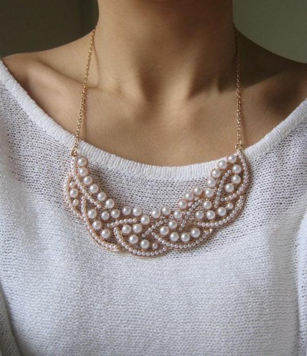 collier-plastron-en-maille-de-perles-pâles