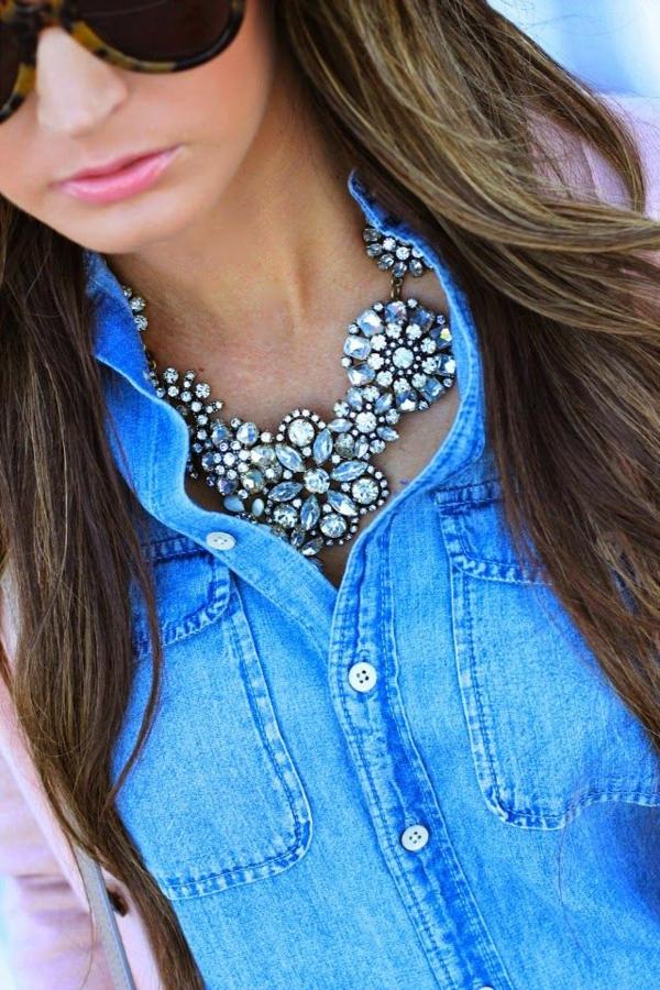 collier-plastron-et-une-chemise-en-jeans