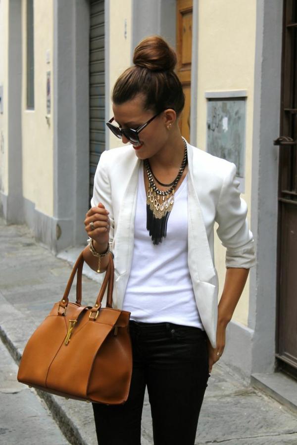 collier-plastron-et-une-tenue-stylée-de-femme-moderne