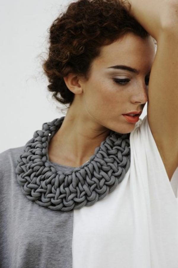 collier-plastron-fait-avec-une-corde-grise