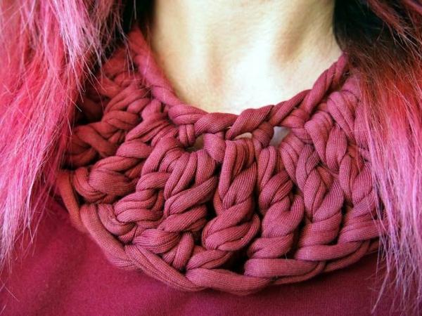 collier-plastron-fait-avec-le-tissu-d'un-t-shirt