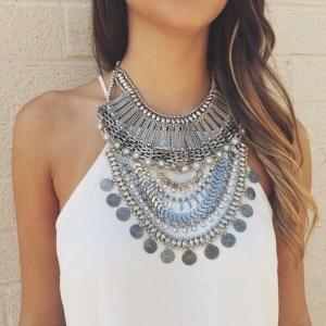 Le collier plastron - féminité et chic pour tous vos jours!