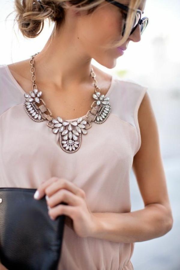 collier-plastron-modèle-doux-avec-cristaux