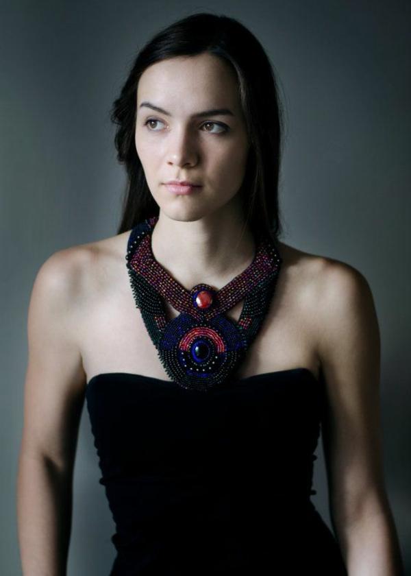 collier-plastron-original-en-couleurs-sombres