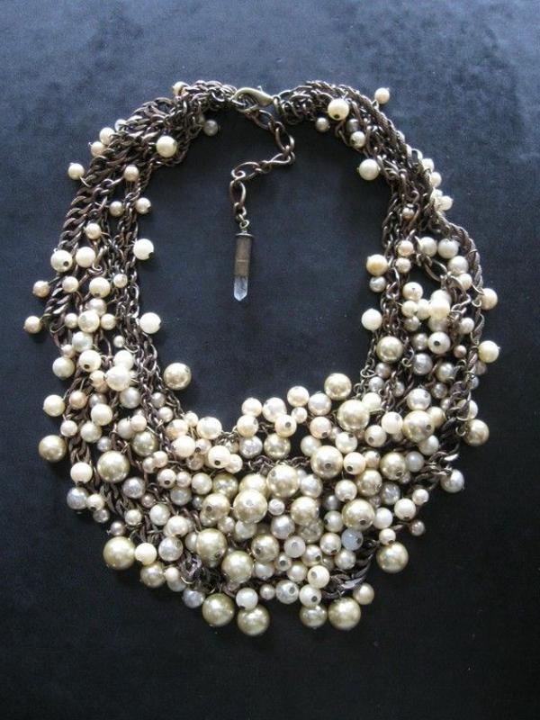 collier-plastron-pérlé-et-blanc