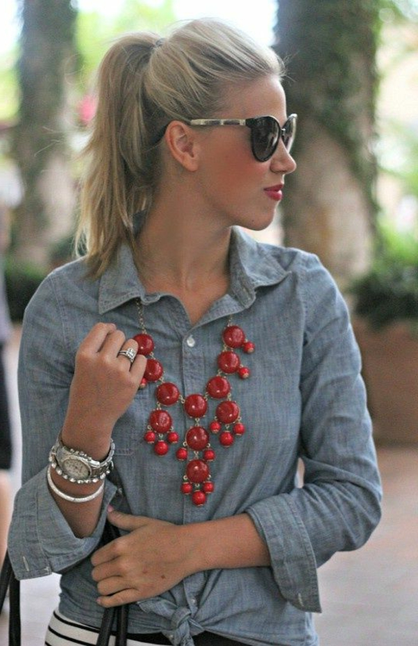 collier-plastron-un-look-casual-et-un-collier-rouge-superbe