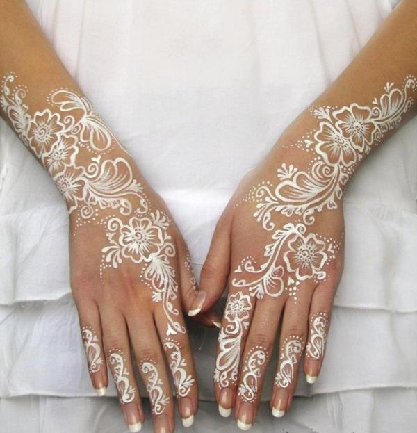 coloration-henné-tatouage-henne-sur-mains-blanc