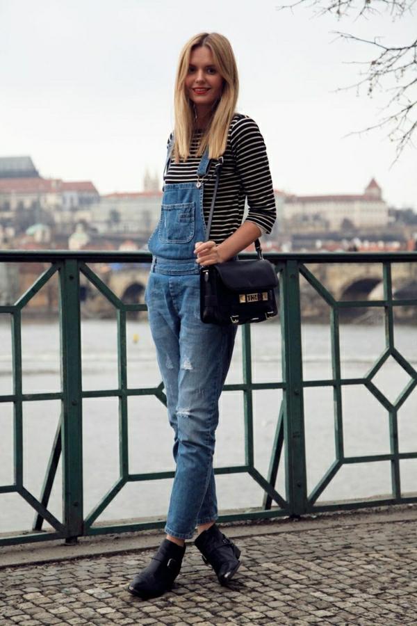 combinaison-en-denim-troué-femme-blonde-marche-sur-le-pont-rivière