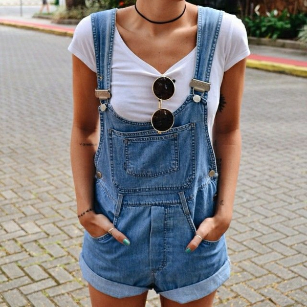 combinaison-femme-en-jean-t-shirt-blanc-fille-moderne-mode