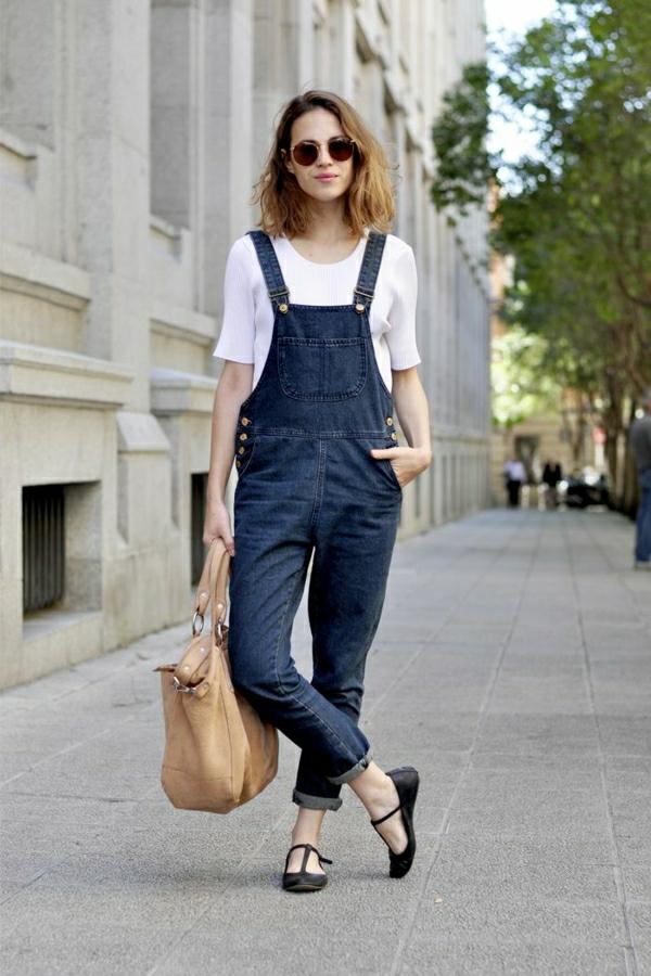 combinaison-femme-en-jean-t-shirt-sac-a-main-beige
