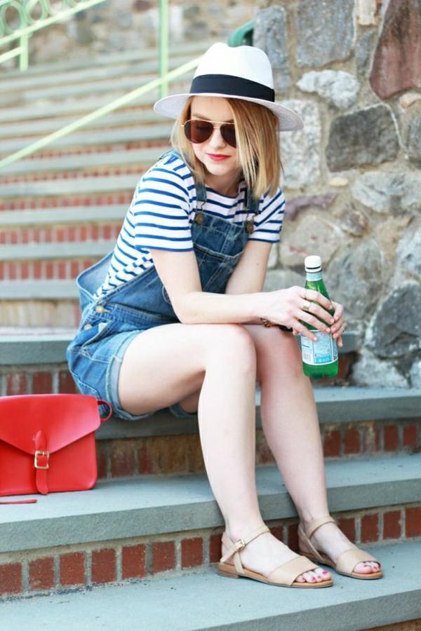 combishort-en-jean-chapeau-blanc-de-paille-sandales-en-cuir-beige
