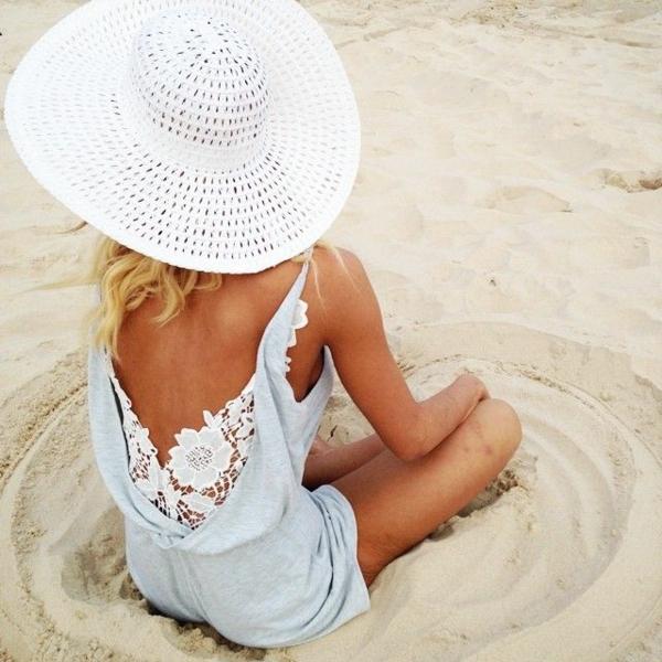 combishort-pour-la-plage-combinaison-femme-dos-nu-chapeua-de-paille-blanc