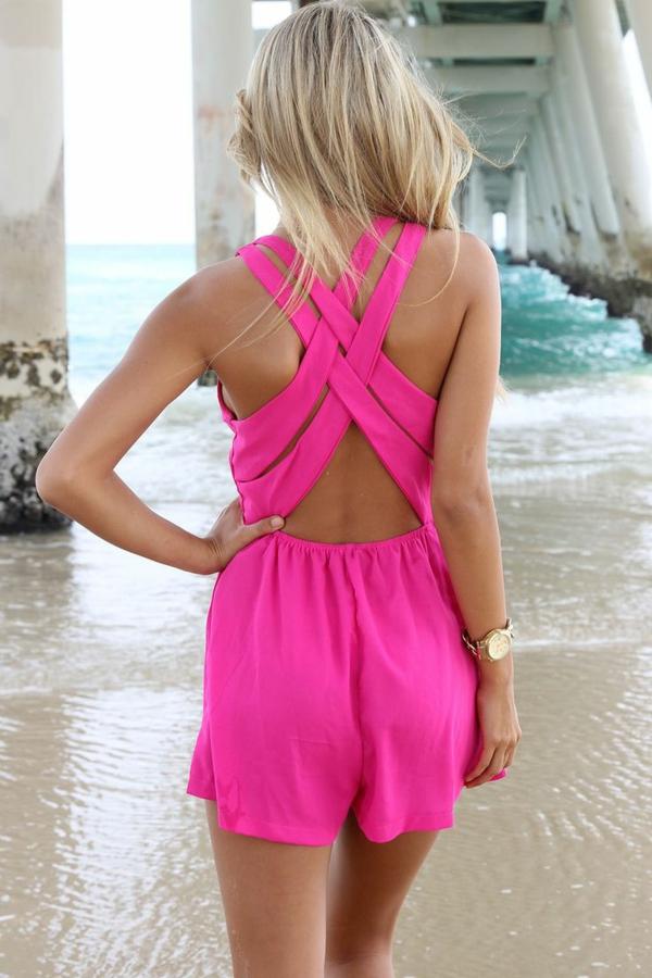 combishort-rose-dos-nu-femme-blonde-mode-plage-au-bord-de-la-mer