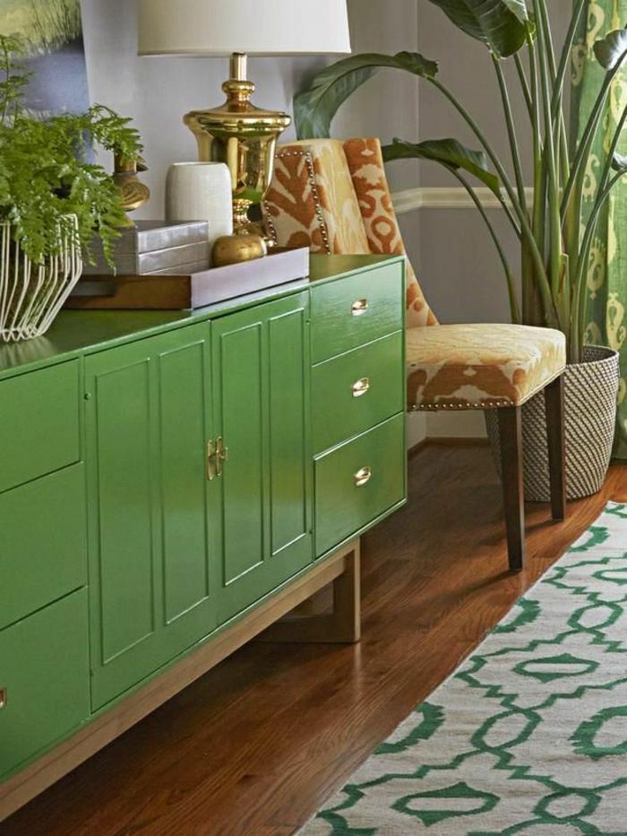 console-en-bois-meuble-d-appoint-plantes-vertes-mur-gris-sol-en-parquet-tapis