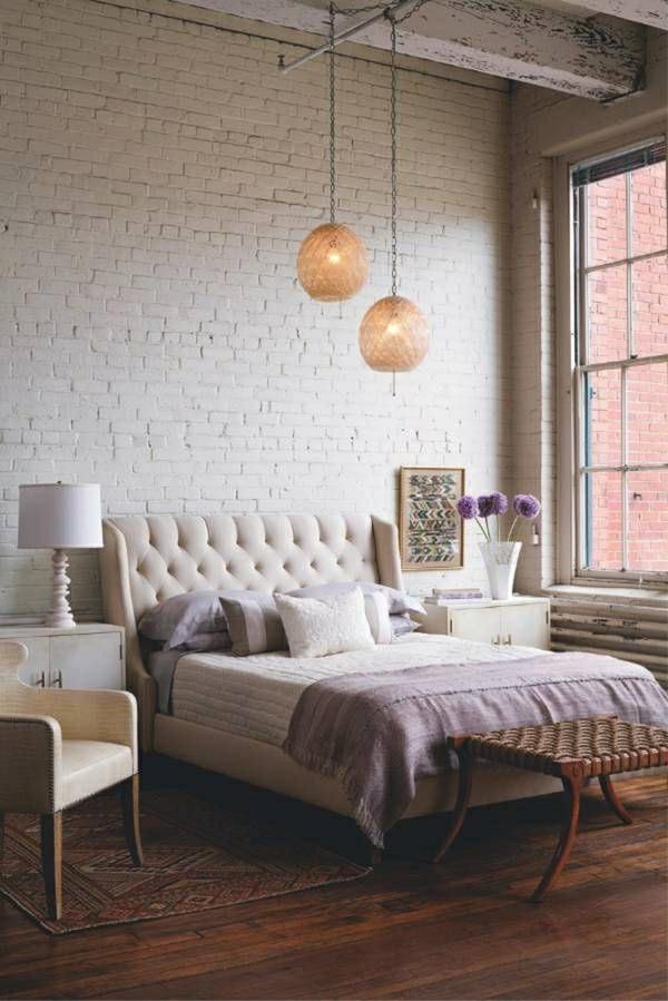 couverture-de-lit-violet-fleurs-lampe-de-chevet-mur-briques-deco-cocooning