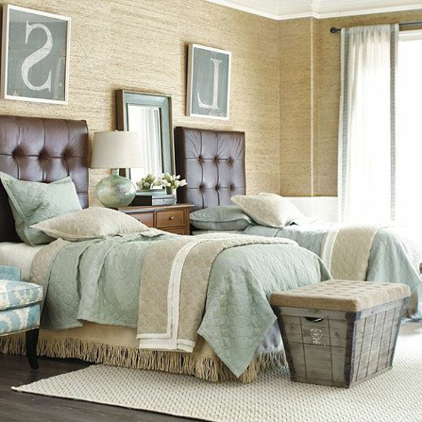 couvres-lit-boutis-les-deux-lits-coucher-table-sofa