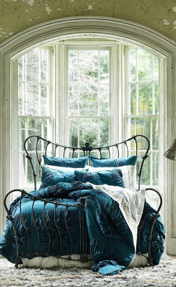 couvres-lit-boutis-les-lits-coucher-lit-fer-grand-fenetre