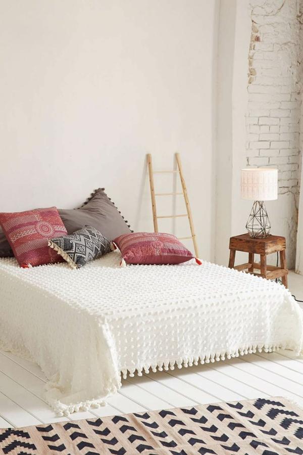 couvres-lit-boutis-les-lits-coucher-tapis-echelle-bois